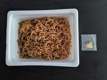 ペヤング ソースやきそば 金粉入り(熱湯3分)